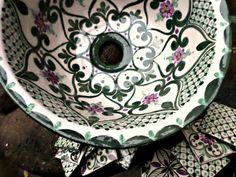 Mucho se escribió sobre los colores. Sobre los efectos psicológicos que terminan haciendo que tengan todos diferentes objetivos al momento de explotar su presencia en forma decorativa o comercial. Pero no se trata solo de un color, sino, de la combinación... Traditional Tile, Colorful Flowers, Dog Bowls, Pottery, Clay, Plates, Tableware, Studio, Tinkerbell
