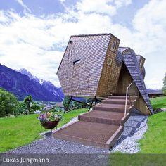 """In der Osttiroler Bergwelt in Nussdorf-Debant hat sich ein merkwürdiges Objekt """"eingenistet"""": In seiner abstrakten Form weckt es Assoziationen mit einem Vogel  …"""