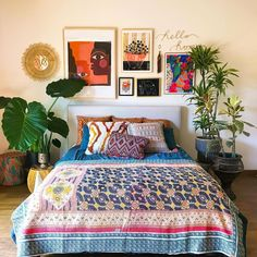 These are sometimes accents in interior decoration, sometimes elements that contribute to the balance of the room. Gallery Wall Bedroom, Bedroom Wall Colors, Modern Master Bedroom, Dream Bedroom, Mexican Bedroom Decor, Colorful Apartment, Estilo Boho, Bohemian Bedroom Decor, Deco Boheme