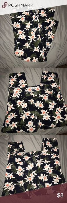 Old Navy Pixie Pant Floral Old Navy Pixie Pant comes a little above ankle Old Navy Pants