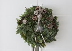 Før jul er det spesielt gøy å lage egne ting du kan pynte med for å få den rette julestemningen. Her får du tips og ideer til hvordan du kan lage en vakker julekrans.