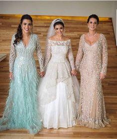 Três belíssimas inspirações para colorir sua noite  - #apenasumanoiva #casamentonapraia #miniweadding#casamento #wedding #bride #noiva #bolodenoiva #casamentos #love #noivos #noivasdobrasil #amor #casar #vestidodenoiva #bridal #brides #voucasar #cerimonial #noivas2019 #noivas2018 #weddingday #festa #noivado #instawedding #madrinhas  #makeup #mae #madrinha #noiva #bride #boanoite Mother Of The Bride Dresses Long, Mother Of Bride Outfits, Mothers Dresses, Wedding Dresses Plus Size, Dream Wedding Dresses, Wedding Gowns, Old Lady Dress, Mom Dress, Off The Shoulder Dress Formal