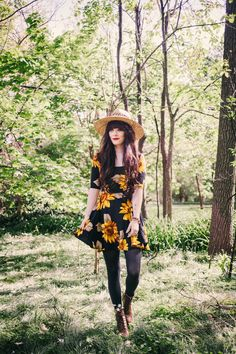 Sunflower dress and hat Sunflower Dress, Daisy Dress, Sunflower Print, Autumn Winter Fashion, Spring Fashion, Fall Outfits, Cute Outfits, Librarian Chic, Grunge Fashion