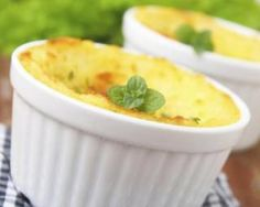 Petits hachis parmentiers au thon en conserve spécial petit budget : http://www.fourchette-et-bikini.fr/recettes/recettes-minceur/petits-hachis-parmentiers-au-thon-en-conserve-special-petit-budget.html
