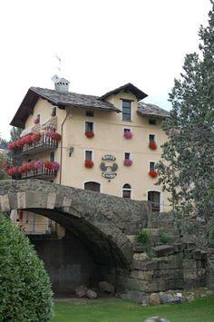 L'Hotel dell'amico Jean, situato lungo la via Francigena, a ridosso dello storico ponte Romano alle porte dell'antica città di Aosta, è un perfetto punto di partenza per visitare Aosta. Controllate le offerte sul sito www.hotelcecchin.com