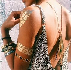 Flash Tattoos are a hot trend among festival goers, boho babes and hippies. Temporary metallic tattoos in gold, silver, black and turquoise in unique designs. Armband Tattoo Design, Tattoo Designs, Tattoo Ideas, Gold Tattoo, Metal Tattoo, Flash Tats, Tattoo Flash, Ethno Style, Gypsy Style