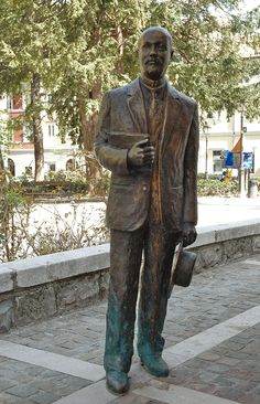 Bronze statue by the sculptor Nino Spagnoli was positioned in the Piazzo Hortis square in 2004. It is a portrait of the writer Italian Italo Svevo, aka Aron Ettore Schmitz (December 19, 1861 – September 13, 1928). He was also a businessman and was remembered as a novelist, playwright, and short story writer.