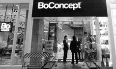 2006. No más clientes mayoristas. A partir de ese momento todos los muebles son vendidos a través de tiendas basadas en el concepto de franquicias, bajo el nombre de BoConcept. Su operación esta dirigida por la compañia que cambia su nombre a BoConcept A/S y en adelante la empresa que cotiza en la bolsa pasa a llamarse BoConcept Holding A/S.