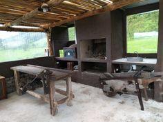 La bacha es palangana de hojalata, carretilla de Pacará, mesada banco de carpintero antiguo, abajo izquierda, fiambrera para quesos.