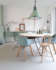 Twee uitersten die ons bezighouden in ons interieur. Het mag gezegd worden, jullie combineren die twee erg leuk! Dinning Table, Dining Area, Home And Living, Living Room, Minimalist Scandinavian, Mid-century Modern, Kitchen Decor, Retro, New Homes