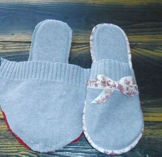 Tut slippers and hot water bottle bag my little cheap gift for Mother's Day . Sewing Slippers, Felted Slippers, Crochet Slippers, Sewing Hacks, Sewing Tutorials, Sewing Patterns, Fashion Sewing, Diy Fashion, Artisanats Denim