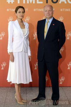 英ロンドン(London)で開催される紛争下の性暴力の撲滅を目指す国際会議の開幕にあたって写真撮影に応じる米女優で国連(UN)特使を務めるアンジェリーナ・ジョリー(Angelina Jolie)さん(左)と英国のウィリアム・ヘイグ(William Hague)外相(2014年6月10日撮影)。(c)AFP/CARL COURT ▼11Jun2014AFP|A・ジョリーさん「紛争下の性暴力、恥じるべきは加害者」 英で国際会議 http://www.afpbb.com/articles/-/3017341 #Angelina_Jolie #William_Hague