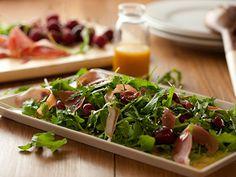 Salada de rúcula com presunto e cereja