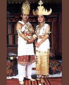 This golden headdress originates from the region Tulang Bawang, currently known as the Lampung province located on the south of Sumatra, Indonesia. Folk Costume, Costume Dress, Traditional Fashion, Traditional Outfits, Traditional Wedding Dresses, Traditional Weddings, Jakarta, Indonesian Wedding, Costumes Around The World