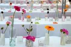 Felgekleurde gerbera's op een bruiloft als tafeldecoratie