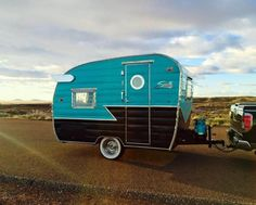 Tiny Trailers, Vintage Campers Trailers, Retro Campers, Cool Campers, Vintage Caravans, Classic Campers, Camping Trailers, Rv Camping, Shasta Trailer