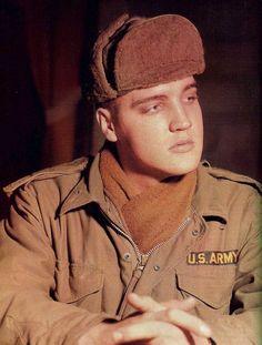 Elvis in november 1958 in a army barrack , in Germany .
