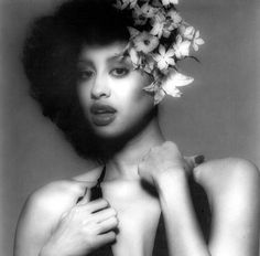 One of my favorite artist, Phyllis Hyman.such a beautiful voice to go along with a beautiful woman.although her life was short, her career was great.and she will always be remembered. Vintage Black Glamour, Vintage Beauty, Vintage Style, Classic Beauty, Timeless Beauty, Black Beauty, Beautiful Black Women, Beautiful People, Beautiful Voice