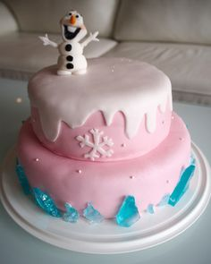 Frozen cake with blue ice decorations and olaf on top! Frozen kakku lasten julhiin! Ohjeet blogissa.