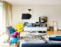 Entre os 5 ambientes para se inspirar e recriar em casa, esta sala apresenta um mobiliário clássico pontuado por peças de arte moderna.