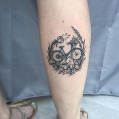 Floral bicycle tattoo by Anna Bravo Blumen Fahrrad Tattoo von Anna Bravo Biker Tattoos, Bad Tattoos, Sleeve Tattoos, Tatoos, Cycling Tattoo, Bicycle Tattoo, Russian Tattoo, Animal Tattoos, Get A Tattoo