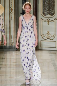 Beige V Neckline Sleeveless Long Dress accented with Lilac Florals by Luisa Beccaria Spring 2016 Ready-to-Wear Collection Photos - Vogue Fashion Over, Love Fashion, Runway Fashion, Fashion Show, Fashion Trends, Luisa Beccaria, Spring Summer Fashion, Spring 2016, Spring Party