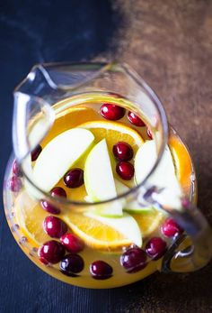 Champagne Sangria - A sweet, savory and tart sangria with rosemary simple syrup. Champagne Sangria, Fall Sangria, Sangria Recipes, Smoothie Recipes, Rosemary Simple Syrup, Refreshing Drinks, Pinterest Recipes, Drinking Tea, Tart