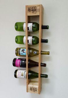 Styliser la façon dont vous stockez votre vin avec ce support vertical palette de vin! Lorsqu'il est monté solidement sur un mur, ce casier à vin unique est capable de tenir cinq bouteilles de taille standard de vin! -Dimensions: 29 haut x 5 de large x 3.5 profond -Tache: