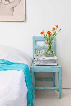 Un piso muy alegre con muebles rescatados de rastros. Dormitorio con silla azul de madera como mesita Un piso muy alegre con muebles rescata...