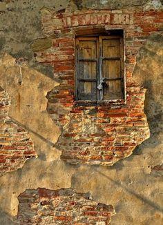 Tuscany-Montepulciano - Porta al Prato brick wall peeling plaster Old Windows, Windows And Doors, Window Dressings, Through The Window, Old Doors, Door Knockers, Doorway, Belle Photo, Old Houses