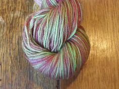 Sjovt selvstribende garn i en dyb brømbærfarve og fine grønne nuancer fra klar æblegrøn til støvet oliven. Håndfarvet på en base af corriedale; et dejligt mellem kraftigt garn. Garn i en mellemkraftig tykkelse er nok den mest populære garntykkelse til mange strikkeprojekter. Garnet er  4-trådet og velegnet til jumpere, tørklæder og alle beklædningsdele, der bæres tæt på huden, da det er blødt.  Jeg har håndfarvet med farveægte og ugiftig syrefarvestof.  Materiale: 100% Corriedale Uld, en…