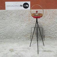 Un posacenere con portariviste.  Struttura in tondino di ferro pieno curvato e posacenere in lamiera smaltata ottone e rossa 1950 #magazzino76 #M76 #viapadova76 #modernariato #antiquariato #vintage #design #ministeriale #oggetti #ottone #oghettianni50 #lampadedesogn #perfettecondizioni #solocoseoriginali #anni50 #designanni50 #oggettidarte #posacenere #struttureinferro #italiandesigner  #italiandesign