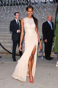 8.- Jessica White. Desde que Angelina Jolie sacó la pierna derecha de su elegante vestido negro Versace, en los últimos Oscar, las alfombras rojas del mundo se han visto inundadas de aberturas de faldas cada vez más elevadas. Sin duda, muchas han sido gloriosas, como la que hace pocos días lució Kristen Stewart en la alfombra roja del Festival de Cannes, en su bello vestido de Balenciaga. Según la web del Huffington Post, esta tendencia es sensacional, sin embargo, estos escotes han…
