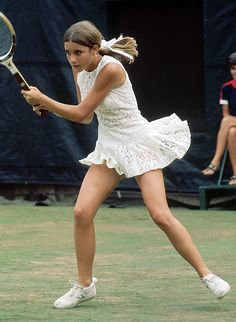 The Most Stylish Olympians of All Time - The Most Stylish Olympians of All Time With lace, frills, tuxedos, stripes and scalloped edges, who knew Tennis was so fashionable! We think Chris Evert's outfit in the US Open in 1971 is very on-trend for now… Tennis Outfits, Tennis Dress, Tennis Clothes, Nike Clothes, Sport Treiben, Sport Tennis, Jimmy Connors, Mode Tennis, Tennis Whites