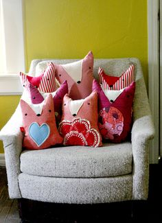 these are soo adorable, i love the idea of making a whole fox family for a couch or chair