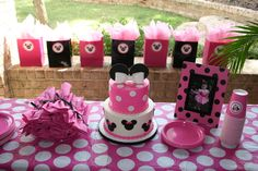 Cake at a Pink Minnie Mouse Party #minniemouse #partycake
