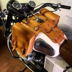 Tank bags for Moto Guzzi V 7 Entirely made of man with 4 mm natural color leather. Measures 22x25x10 bags. Unique object to customize your bike. Document holder measures 16 x 14 cm. Vintage Style object that most ages more becomes beautiful. THE CURRENT LEAD TIME ON NEW orders IS ABOUT