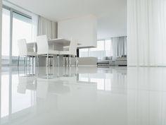 revêtement sol en résine blanche et brillante dans la salle à manger monochrome