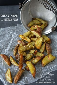 PAPAS AL HORNO CON HIERBAS FINAS  Excelentes para comer con tu hamburguesa de verduras favorita!!  #papas #recetavegetariana Easy Healthy Recipes, Veggie Recipes, Mexican Food Recipes, Cooking Recipes, Healthy Snaks, Deli Food, I Foods, Love Food, Food Porn