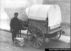 """Repartidor de """"La Vanguardia"""" con carro y caballo en 1960, Barcelona. AHPN"""