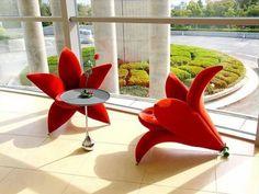 """Gosta de flores? Experimente deixar sua sala mais """"florida"""" com estas poltronas. Clique na imagem para conferir mais tendências de decoração que você vai se apaixonar!"""