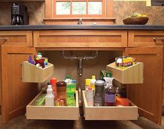 Uitschuifbare plateaus voor onder of in keukenkastjes. DIY op http://www.familyhandyman.com/DIY-Projects/Home-Organization/Kitchen-Storage/how-to-build-kitchen-sink-storage-trays/Step-By-Step