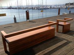 Cadeiras e bancos urbanos para equipar as marinas e portos.