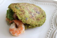 Arepa Fit Verde | Mamá Contemporánea #arepasfit Eat Pretty, Cooking Recipes, Healthy Recipes, What You Eat, Empanadas, Salmon Burgers, Kale, Nom Nom, Healthy Lifestyle