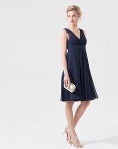 On craque pour la coupe ultra-féminine de cette robe bleu marine en soie. On adore: - sa taille empire - sa couleur intense - son décolleté drapé croisé devant, en V derrière Longueur de la robe: 77 cm du milieu du dos jusqu'en bas pour la taille 38. Comptez un centimètre en plus par taille. Notre mannequin mesure 1m78 et porte une T.36.