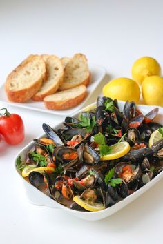Mussels in White Wine Sauce By Chef Julie Yoon Healthy Cake Recipes, Healthy Food Choices, Healthy Snacks, Seafood Recipes, Dinner Recipes, Cooking Recipes, Shellfish Recipes, Easy Diner, Mussels White Wine