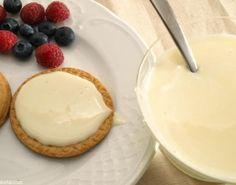 Cómo hacer leche condensada. La leche condensada es una variante que se utiliza para complementar otros alimentos, como el café, o como ingrediente para hacer algunos postres. Su sabor... Powdered Milk, Condensed Milk, Macaron, Dessert Recipes, Desserts, Deli, Sweet Recipes, Healthy Living, Food And Drink