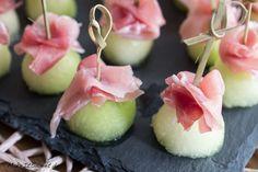 Rezept für ein schnelles und einfaches Fingerfood mit Honigmelone und Schinken. Häppchen für Party, Buffet oder zum nebenbei Essen.
