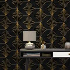 Laissez-vous séduire par l'intissé GATSBY. D'inspiration Art Déco, il orne vos murs d'un motif géométrique très raffiné. Le fond noir, sombre et velouté, contraste avec le motif or, qui accroche la lumière. À la fois chic et sobre, simple et élégant, ce modèle donne instantanément du caractère à votre pièce.