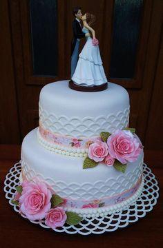 Svadobná torta, Autorka: mayra, Tortyodmamy.sk Cake Decorating With Fondant, Creative Cake Decorating, Cake Decorating Videos, Bolo Barbie Paris, Royal Blue Wedding Cakes, Strawberry Roll Cake, Tire Cake, Foto Pastel, Engagement Cakes